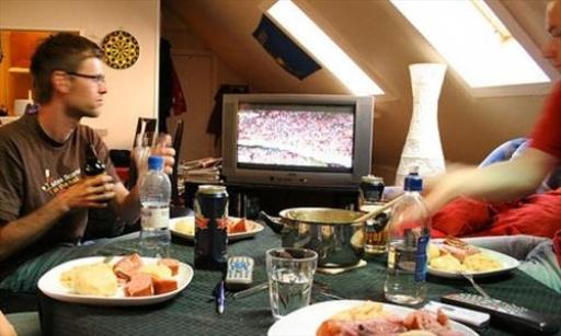 عادت به تماشای تلویزیون هنگام غذاخوردن، شما را چاق میکند